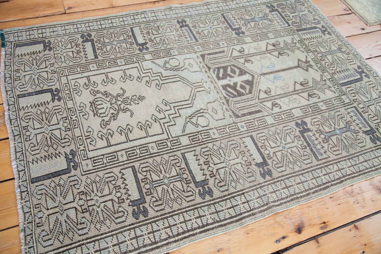ee001143-vintage-tribal-design-light-rug-1